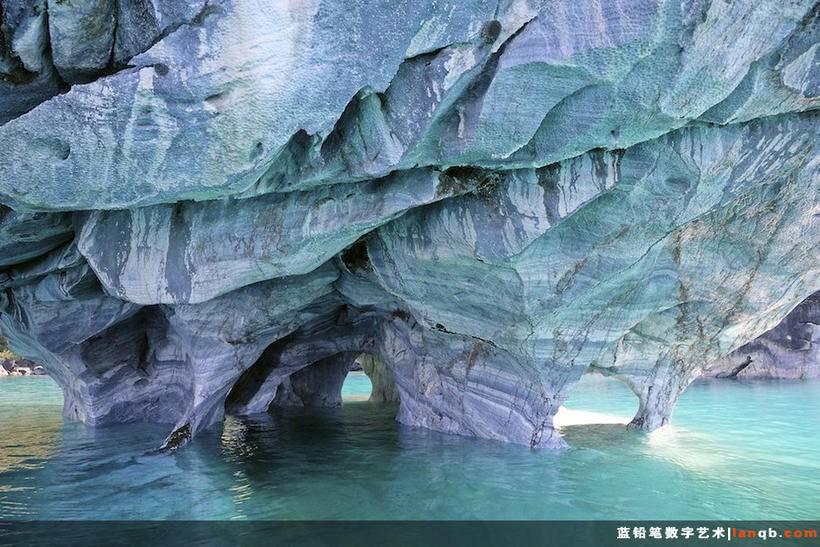 智利卡列拉将军湖(Lago General Carrera)中的大理石岩洞